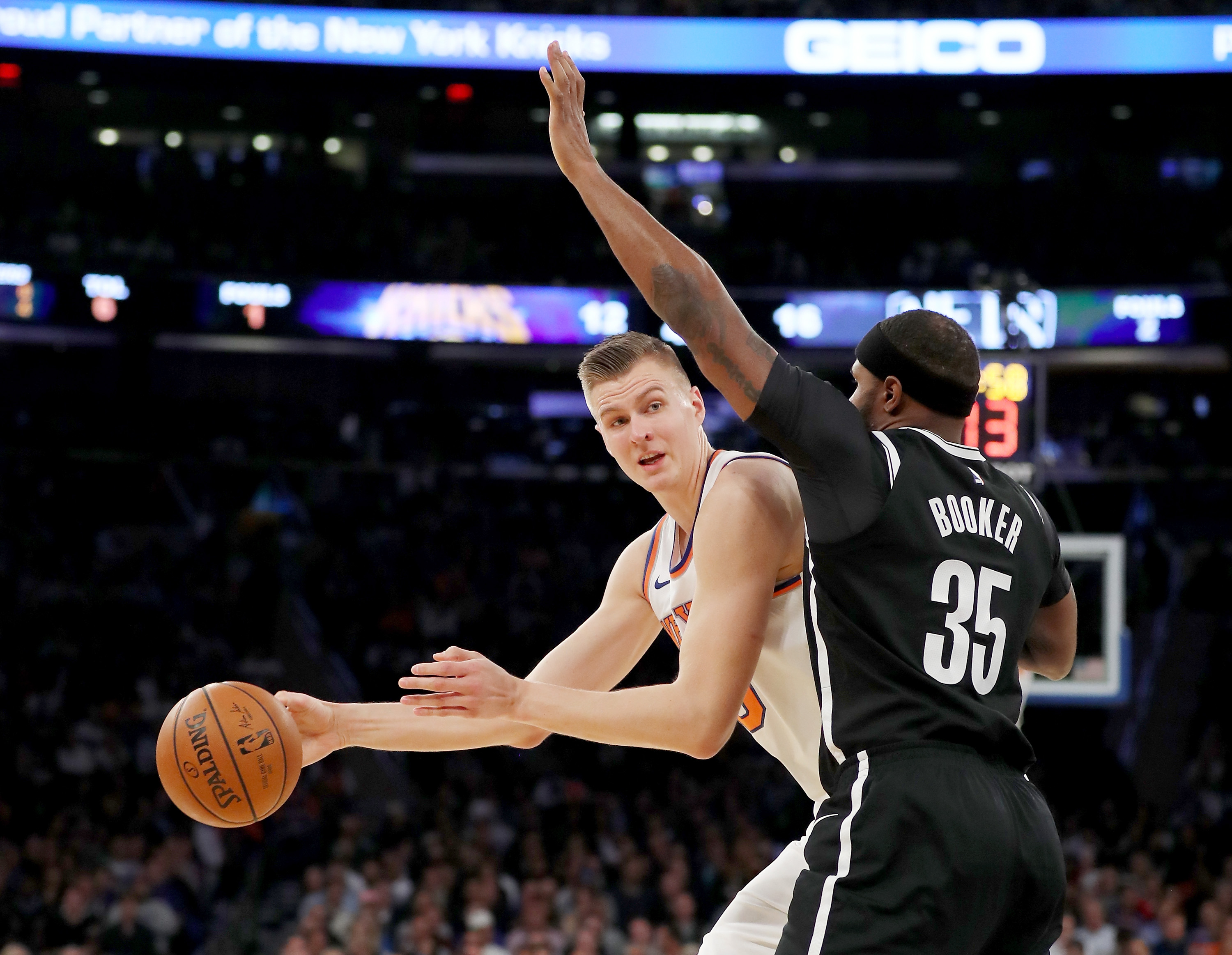 Kristaps Porzingis leaves Knicks game with knee pain